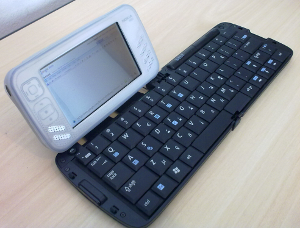 Foto do conjunto Nokia N800 e teclado bluetooth MSI BK-100