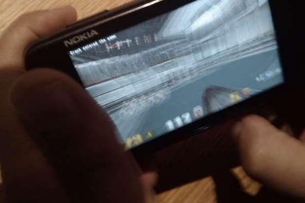 Quake III no Maemo 5 (N900). A qualidade da foto está terrível, mas vê-se que é Quake III. (imagem por olegpodsechin no twitpic)