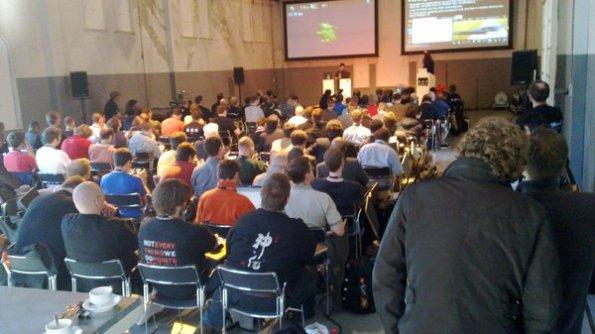 Sala lotada para acompanhar as apresentações sobre Qt. (foto de pippuri, via twitpic)
