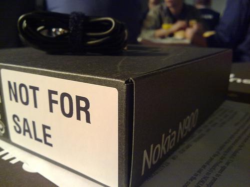 Caixa do N900 distribuído. Não é para vender. Mas também duvido que alguém queira. (foto por mackarus, compartilhada no flickr pela Creative Commons)