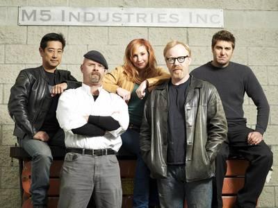 MythBusters - Imahara, Jamie, Kari, Adam e Tory. Com certeza não somos tão bons. Mas pelo menos somos muito menos feios :o)