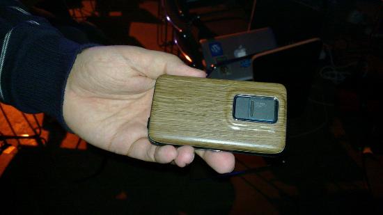 N900 com cobertura personalizada de madeira